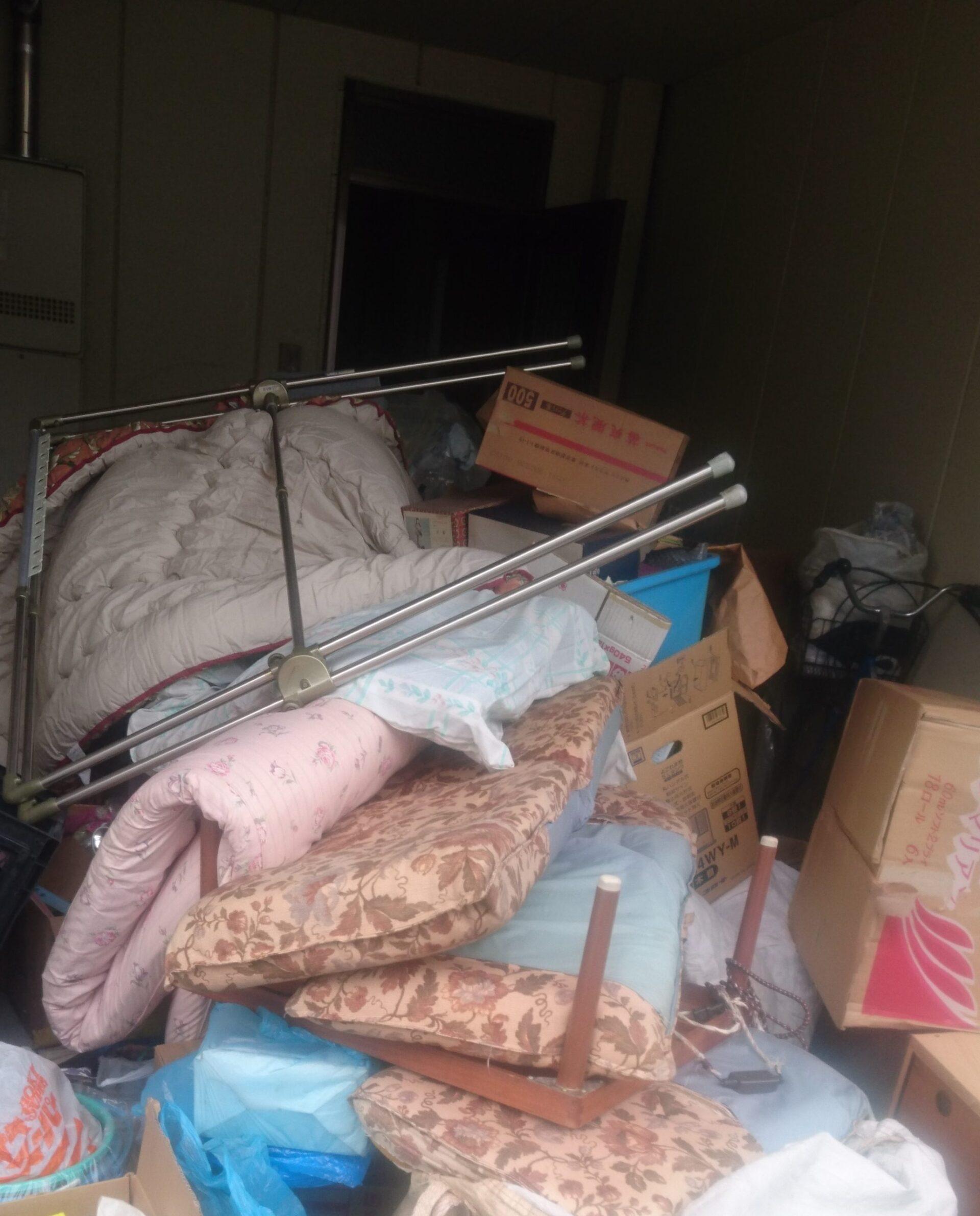 【愛知県名古屋市西区】ご自宅の駐車場で散乱した布団・座イス・生ごみ・袋ごみの処分