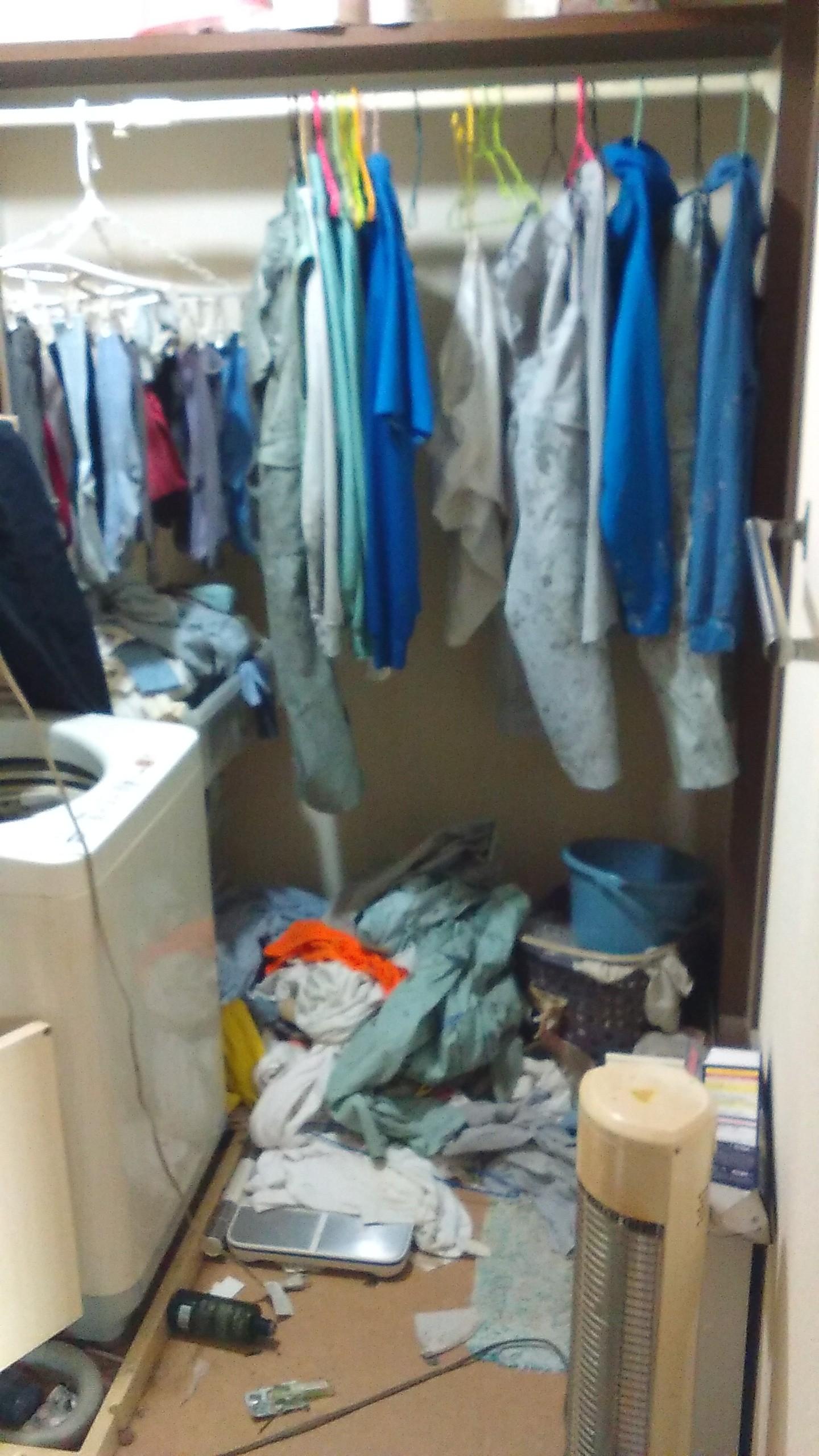【愛知県名古屋市南区】洗面所に散らかった衣類の処分と不要な洗濯機の回収